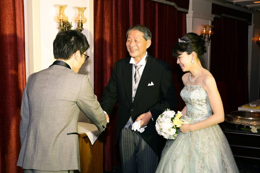 お色直し入場はバージンロードを歩くようにお父様と。新郎様とお父様がしっかり握手をかわしました。