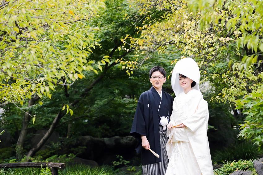 湯島天満宮のお庭で記念撮影。式を挙げるお二人しか入れないお庭です。