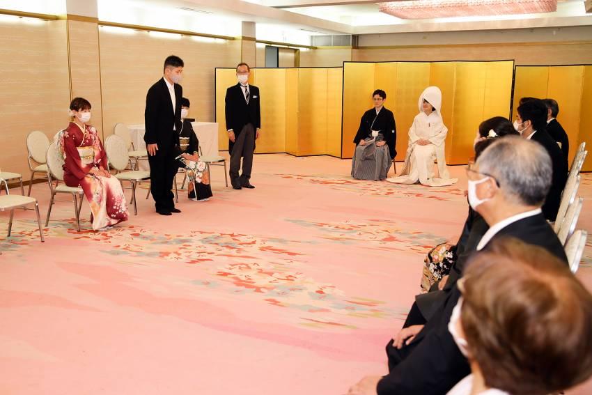 湯島天満宮の控室で親族紹介をしました。皆様マスクをつけての挨拶はある意味思い出に。