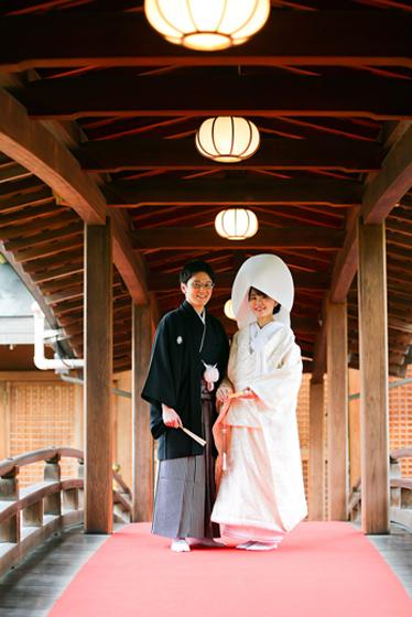 白無垢綿帽子・紋服の伝統スタイルで神社挙式。