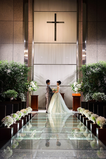 披露宴お開き後、ライトアップされたガーデンチャペルでスナップ撮影。ガラスのバージンロードに反射した姿も素敵です。